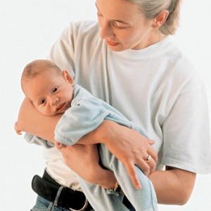 держать ребенка на руках