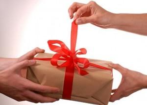 покупать подарок