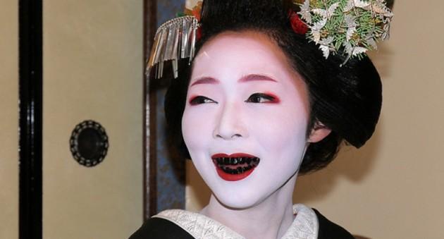 Чем закрасить зубы в черный цвет в домашних условиях