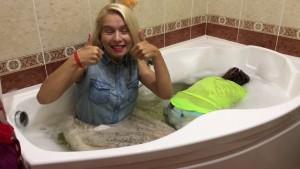 в ванне в одежде