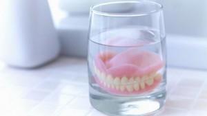челюсть в стакане