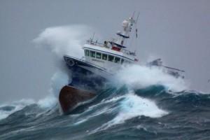 корабль в шторм