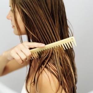 чесать волосы
