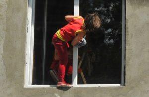 Подросток у окна