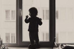 Малыш перед окном