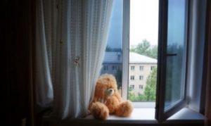 Ребенок падает из окна