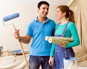 Бригада ремонтирует комнату