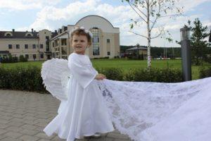 Держать шлейф невесты