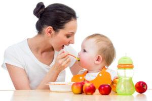 Предлагать еду ребенку