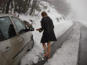 Босые ноги на растаявшем снегу
