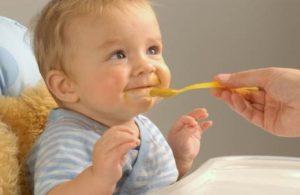 Класть малышу еду в ротик