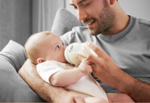 Предлагать малышу бутылочку