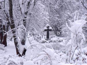 Покрытая снегом могила