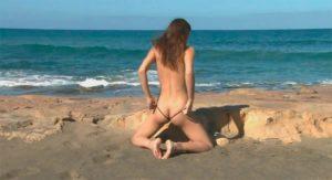 Обнаженная возлюбленная на пляже
