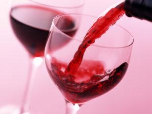 Наливать красное вино