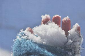 Обтирать пальцы снегом