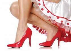 Яркие лакированные туфли