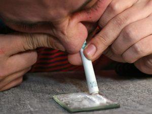 Принимать наркотики