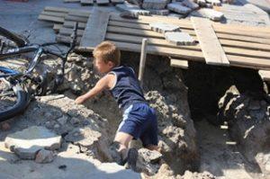 Ребенок в яме