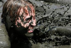 Быть в яме с грязью