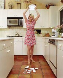 Специально расправиться с кухонной утварью