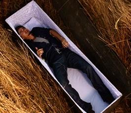 Мертвец хочет выбраться из гроба