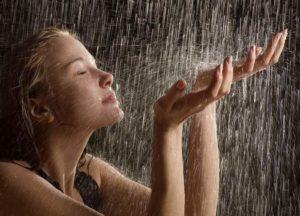 Капли дождя на теле