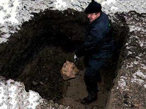 Копать яму для захоронения