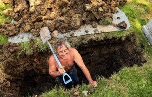 Рыть яму для гроба
