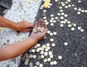 Собирать или подбирать монеты