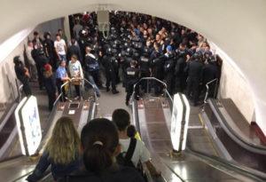 Спускаться в метро