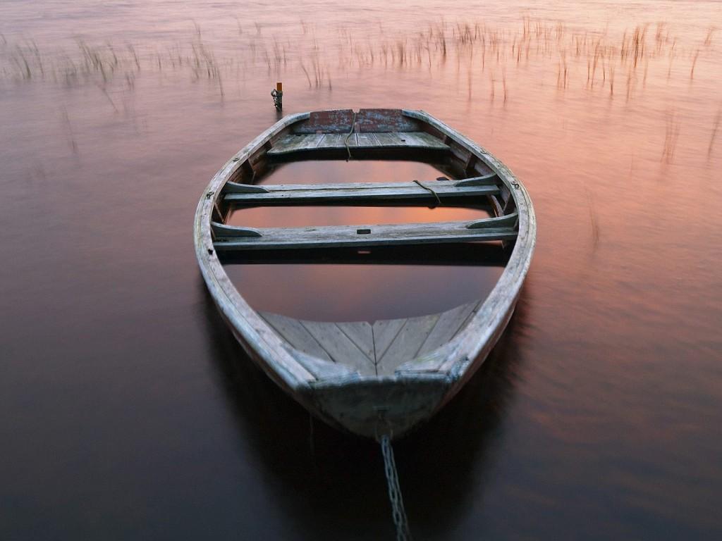 старая затопленная лодка