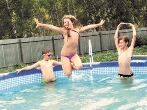 Дети резвятся в воде