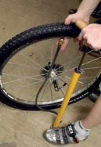 Накачивать шины