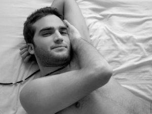 Обнаженный в постели