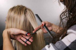 Мастер срезает волосы