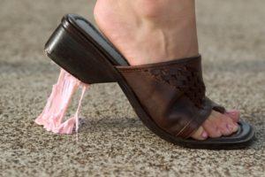 Приклеилась к обуви