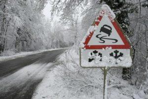 Покрытая льдом дорога