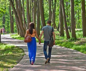 Картинки по запросу фото девушка гуляет по аллее