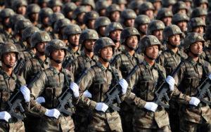 толпа солдат