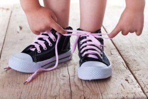 Затягивать обувь