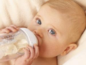 Малыш с бутылочкой
