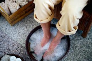 Мыть стопы