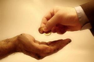 Подавать милостыню