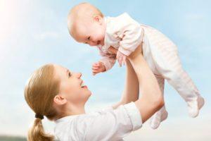 Подбрасывать малыша вверх
