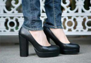 Примеряет черные туфли