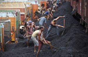 Разгружать уголь