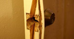 Разломанная дверь