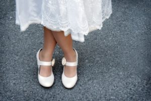 Натягивать детские туфли