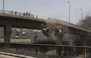 Падает с моста